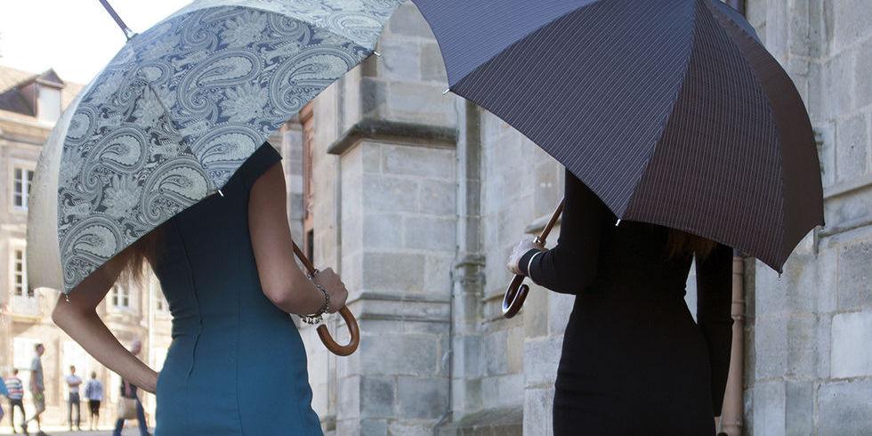 Photo de deux parapluies classiques